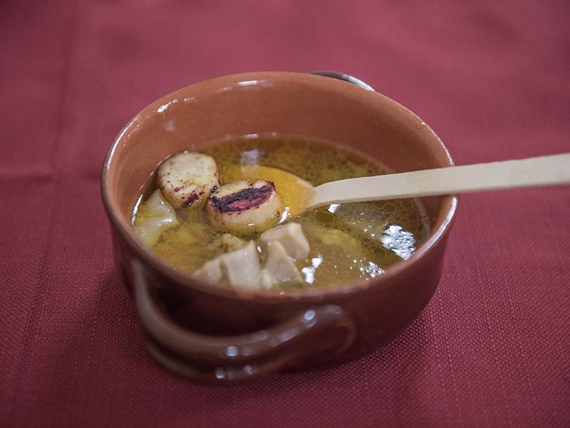 Zuppa di pollastra de casa con crostini alla corniola tirata a filo